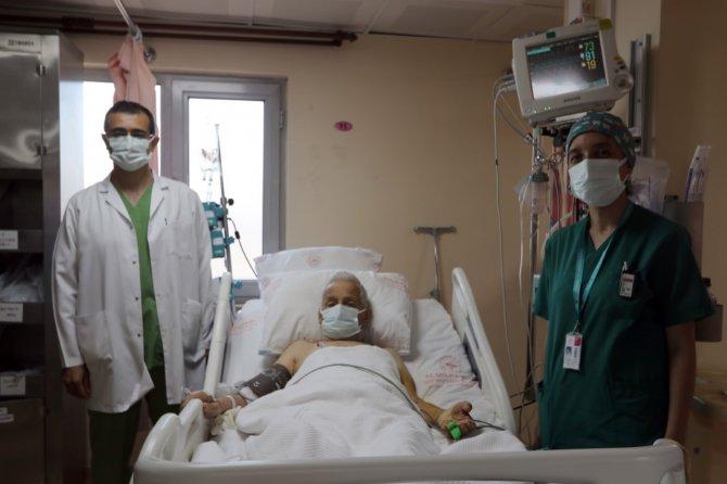 """88 Yaşındaki Hasta """"Başparmak Anjiyo"""" Yönetimi İle Hayata Tutundu"""